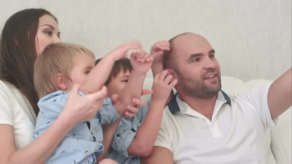 Thumbnail for Lächelnde Familie nehmen selfie in die Wohnzimmer