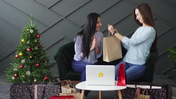 Frau gibt ihrer Freundin Weihnachtsgeschenk