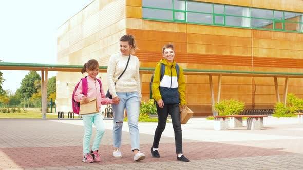 Thumbnail for Mutter mit Sohn und Tochter gehen zur Schule