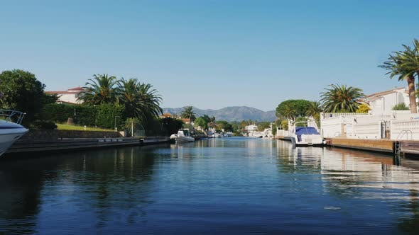 Cover Image for Boat Through the Channel with the Elite Real Estate. Empuriabrava, Spain