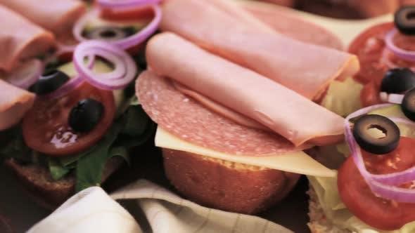 Frisches Sub-Sandwich auf Weiß- und Weizenhoagies.