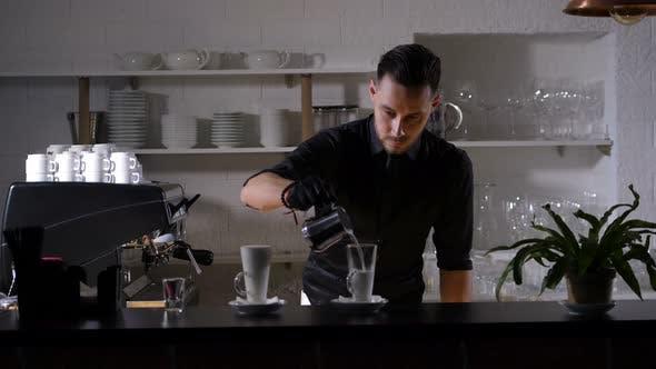 Thumbnail for Geschicktes Barista Befüllung Kaffeeglas mit Milch