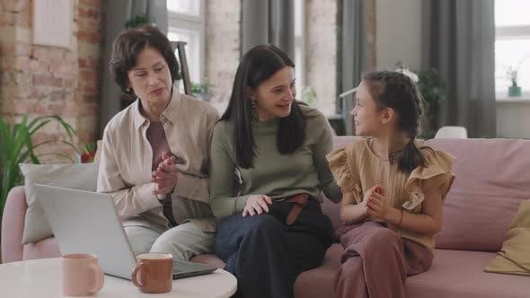 Frauen mit mehreren Generationen, die online einkaufen