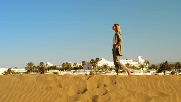 Thumbnail for Schöne Business Frau zu Fuß allein in den Sanddünen unter der Sonne