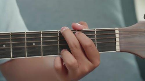 Gitarrist Hand spielt Akkord