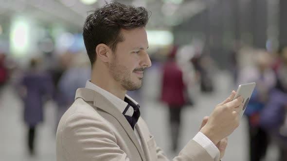 Thumbnail for Lifestyle Porträt von attraktiven jungen männlichen Unternehmer Surfen im Web Tablet-Bildschirm