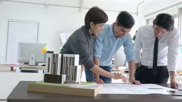 Business people brainstorm idea
