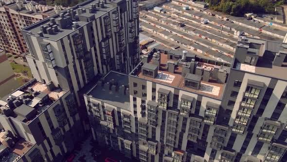 Luftbild Karate Athleten trainieren und spielen Sport auf dem Dach eines Hochhauses in der Mitte