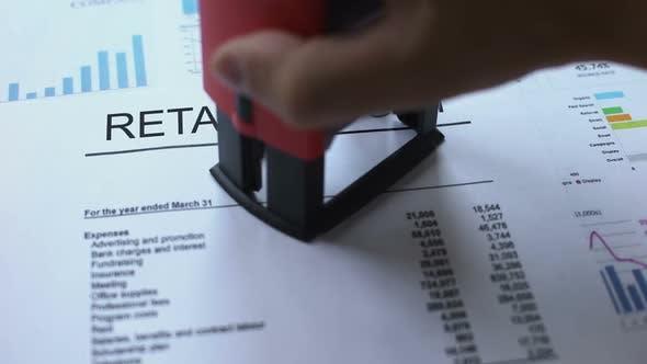 Thumbnail for Einzelhandelsbericht vertraulich, Handstanzsiegel auf offizielles Dokument, Statistik