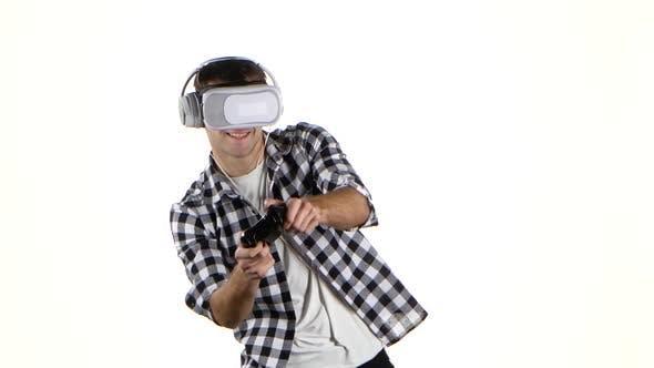 Thumbnail for Man spielt auf Gamepad mit Kopfhörern und Virtual Reality Brille