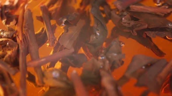 Thumbnail for Teeblätter schweben im Wasser. Tee brauen. Kräutertee im Glas.
