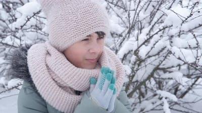 Girl freeze in hands.