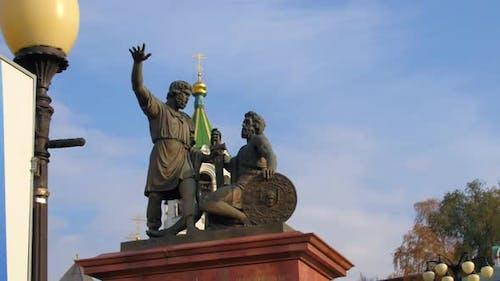 Fliegen über ein Denkmal in Russland