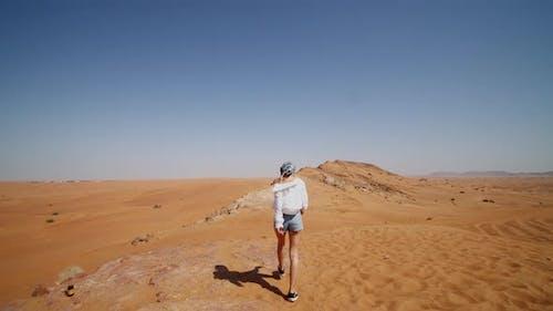 Folgt einer jungen Frau auf Sanddünen