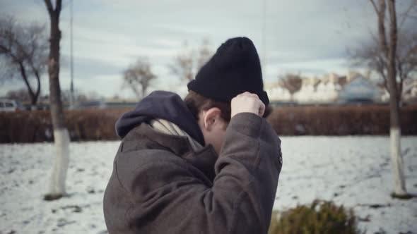 Junge anziehen einen Hut im Winter