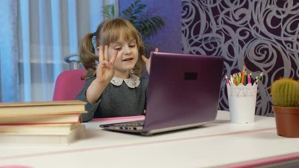 Schülerin für Mädchen, das mit dem digitalen Laptop zu Hause ist, lernt Unterricht