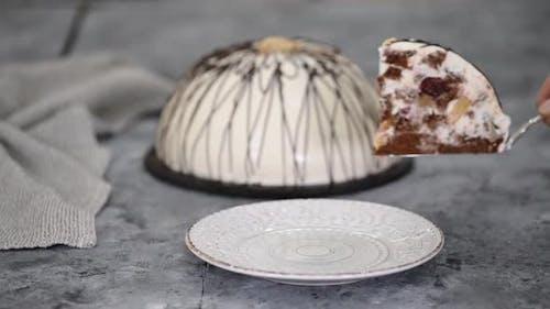 Stück Pancho Kuchen mit Ananas und Sauerrahm gekrönt mit Schokolade und Nüssen