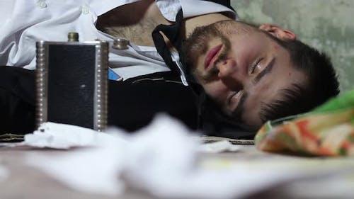 Betrunkener Mann schlafen in den Slums