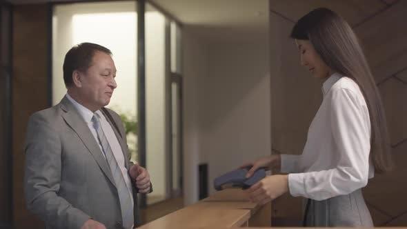 Thumbnail for Freundliches Hotel Receptionist Begrüßung Gäste