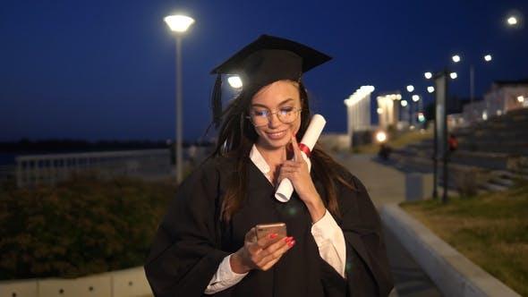 Thumbnail for college graduierte Mädchen zu Fuß mit Diplom lächelnd und