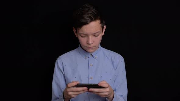 Teen Lächeln und mit Handy auf schwarzem Hintergrund.