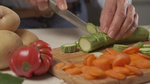 Gemüsegericht zubereiten