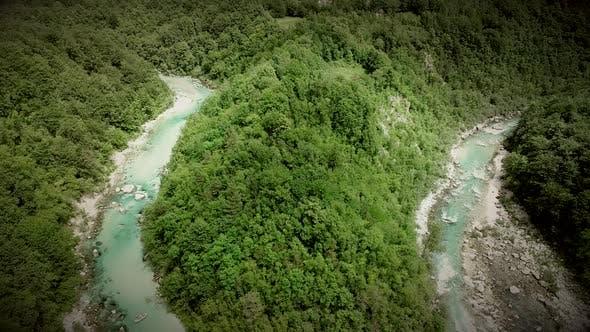 Thumbnail for Luftaufnahme des Flusses Soca, umgeben von vielen Hügeln und Felsen in Slowenien.