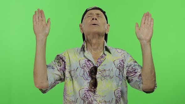 Thumbnail for Senior Man Tourist in bunten Shirt Doing Meditation. Schöner alter Mann