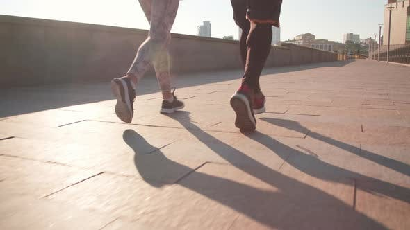 Thumbnail for Unerkennbare Sportler joggen im Freien