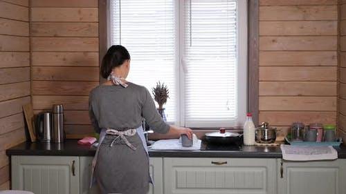Hausfrau ist Abwasch in der Küche