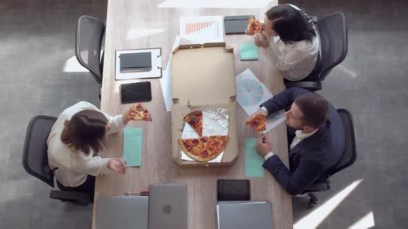 Mitarbeiter haben Mittagessen bei der Arbeit