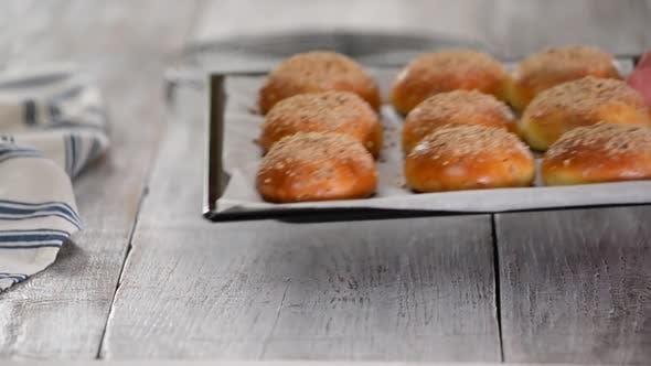 Thumbnail for Frisch gebackene Hefebrötchen mit Crumble auf Backblech. Süßes Brot