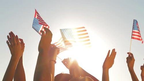 Patrioten winken mit Flaggen von Amerika.