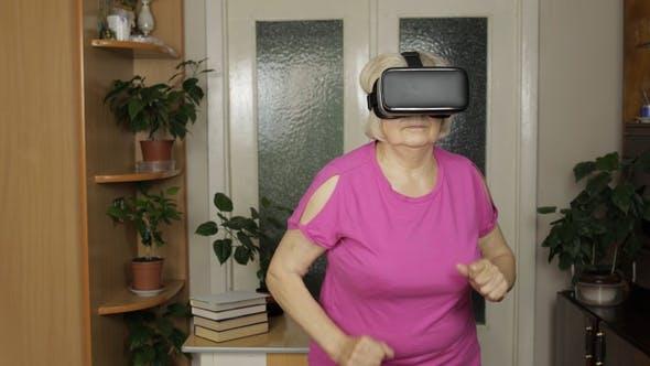 Thumbnail for Senior Großmutter in Virtuelle Headset Brille 3D Video in VR Helm und Laufen zu Hause