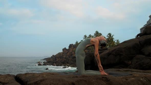 Thumbnail for Yoga Praktiker bekommt aus Ushtrasana auf See Zeitlupe