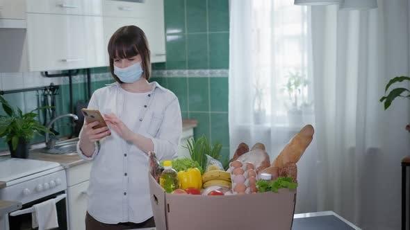 Liefergeschäft, Junges Mädchen in Medical Center Bestellungen Essen Online auf ihrem Smartphone während der Quarantäne