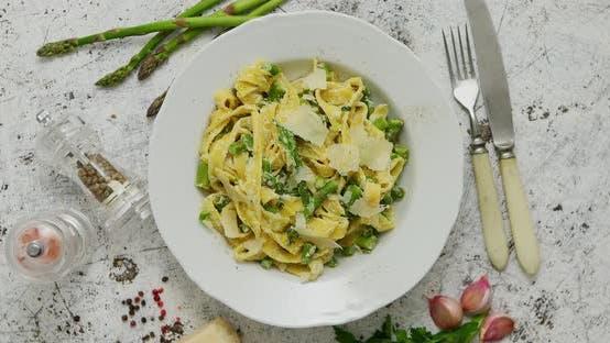 Tagliatelle Pasta mit cremiger Ricotta-Käse-Sauce und Spargel Serviert weißer Keramikplatte