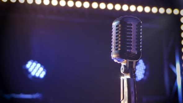 Professionelles Konzert Vintage Blendmikrofon zum Aufzeichnen oder Sprechen mit dem Publikum auf der Bühne in leer