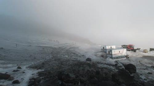 Blick vom Gipfel einer geologischen Basis mit Anhängern und Maschinen
