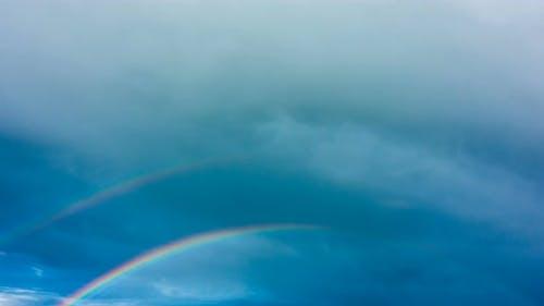 Regenbogen am Himmel nach dem Regen