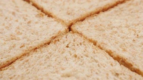 Gruppierte vier Toast Brotstücke bereit zum Toasten Nahaufnahme 4K 2160p 30fps UltraHD Filmmaterial - Toast b