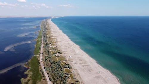 Spektakuläre Vogel-Seye-Ansicht der Küste, wo Touristen sich ohne Zivilisation ausruhen