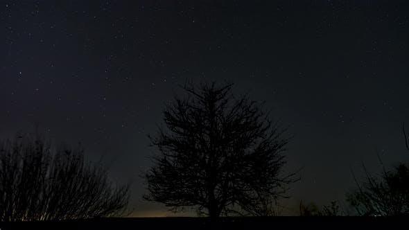 Zeitraffer bewegter Sterne am Nachthimmel