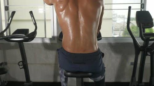 Bewegung der Sportman-Körperhaut, Schweiß tropft auf die Körperhaut des Sportmannes nach dem Training