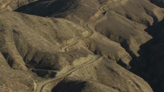 Luftfahrt-Hubschrauber-Schuss, Tracking Flugzeug verlängert Landung während Fliegen an der LA Skyline in trübe s