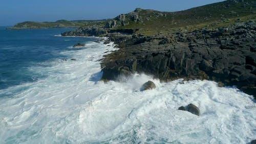 Crashing Waves an einer felsigen und gefährlichen Küste