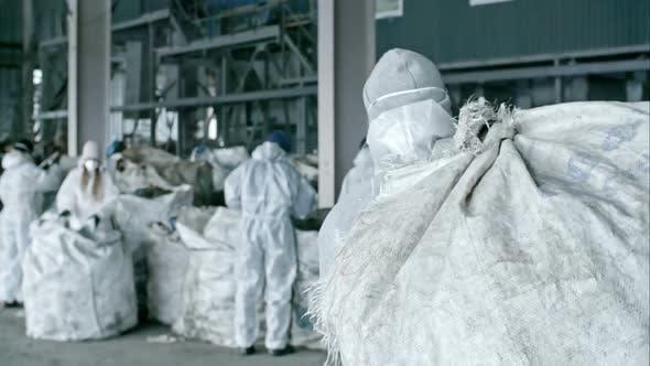 Thumbnail for Arbeiter-Tragetasche mit Wurf in der Fabrik