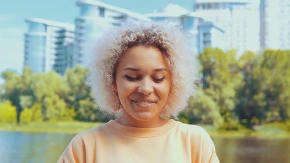 Thumbnail for Porträt Gemischte Rasse Frau Chortling in Stadt