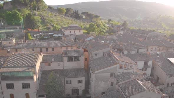 Luftaufnahme. Schöne italienische Toskana. Stadt in der Toskana, San Gimignano. Ein gemütlicher Abend in einem