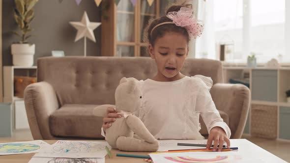 Mädchen mit Spielzeug-Bär Zeichnung